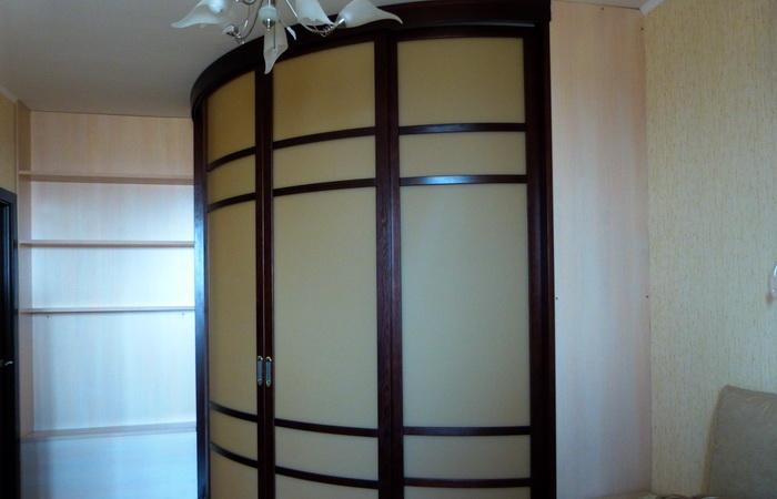 Раздвижные шкафы в гостинной